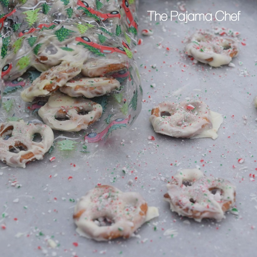Peppermint bark pretzels... a delightful salty-sweet treat! Great for gift-giving, Christmas cookie platters, or a fun cooking activity with your kiddos.